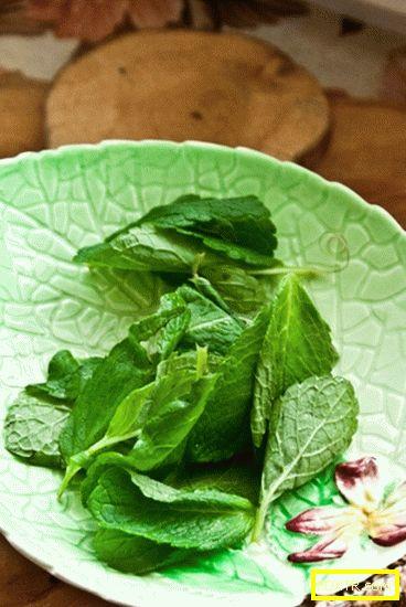 Зелена салата с камембер, смокини и орехи