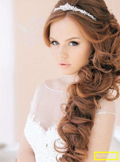 Сватбени прически с диадема: с бретон и без, косата е