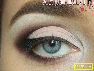 Красива грима за очите за всеки случай под розова рокля