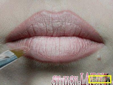 Как да увеличите визуално устните с грима